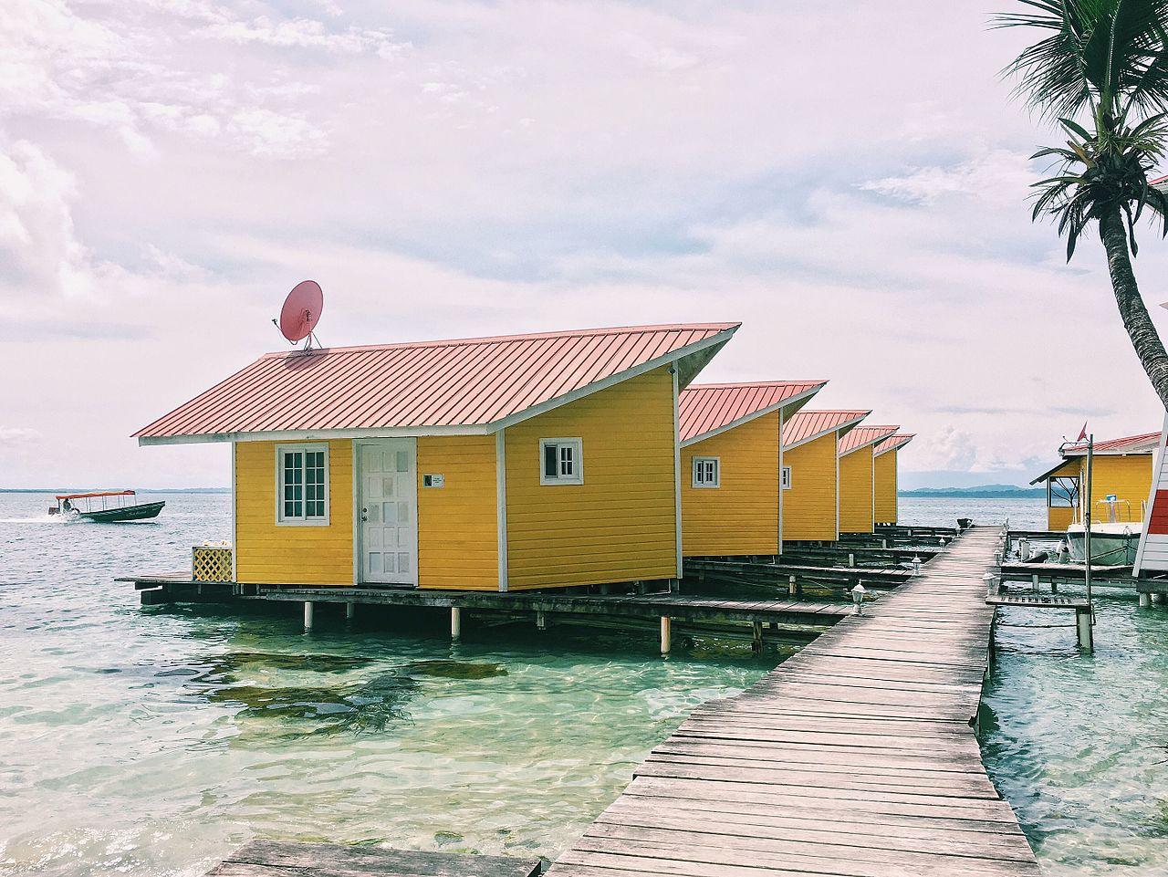 Maison en bois sur le bord de mer